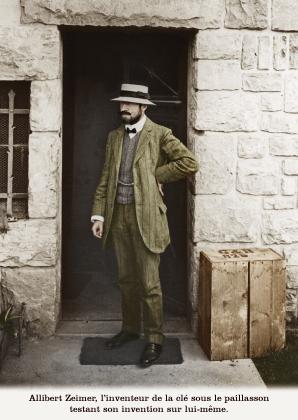 Alibert Zeimer, l'inventeur de la clé sous le paillasson testant son invention